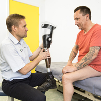 Bandagist laver benprotese